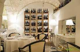 Dettaglio scaffale vino Bina ristorante di Puglia Locorotondo Bari