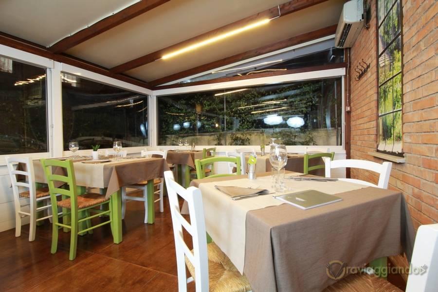 Tavoli bianchi e verdi Ristorante D'Istinto Senigallia