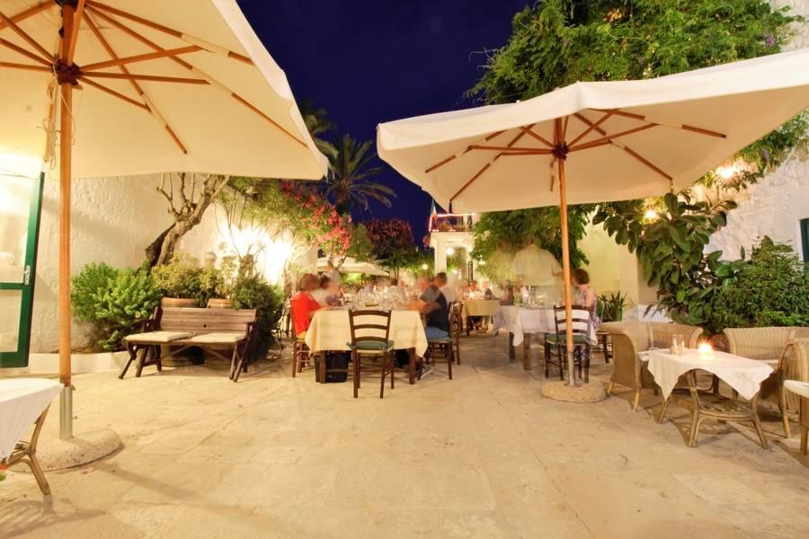 Tavoli e ombrelloni Masseria Il Frantoio Ostuni