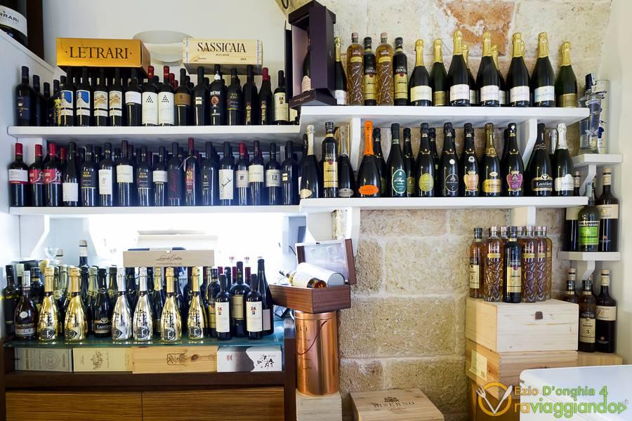 Parete di vini Ristorante Grotta Ardito Polignano a Mare