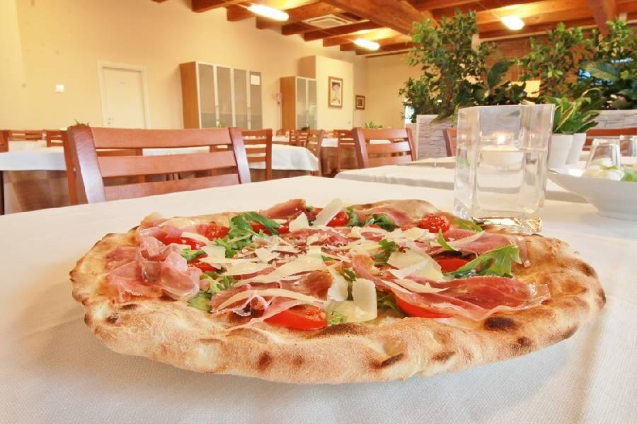 Pizza crudo grana pendolini rucola Ristorante La Lanterna Loreto